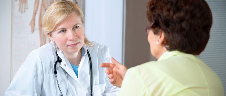 Ältere Frau beim Arzt